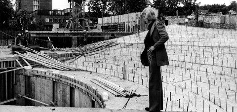 Tar form: Kultursekretær Bjørn Simensen inspiserer det som skal bli orkestergrava i kulturhuset. Året er 1973. Foto: Søren Emanuelsson