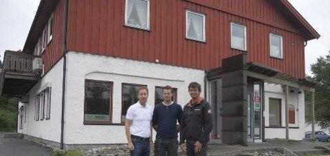 Eierskifte: Banksjef Børre Grovan (f.v.), Jostein Jacobsen og daglig leder Harald Frøysnes foran det gamle bankbygget. Foto: Privat