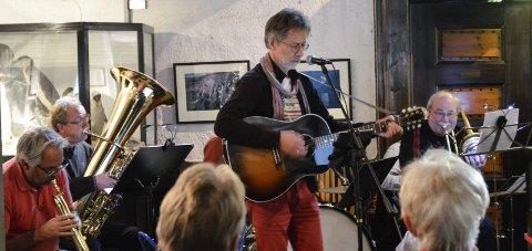 MIMRER OM HVALFANGERNE: Ragnar Sør Olsen hadde lanseringskonsert i Hvalfangstmuseet lørdag.
