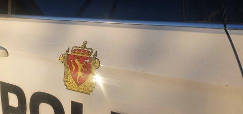 RIPE OG HAKK: Like før klokka 15.00 merket politiet at det var kommet hakk og riper på en politibil som sto parkert ved Rema 1000 på Thorøya.