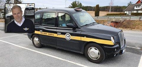 TIL SALGS: Stian Enghaug (innfelt) og Taxisentralen selger kjendisdrosjen som blant annet er brukt i «4 stjerners middag».