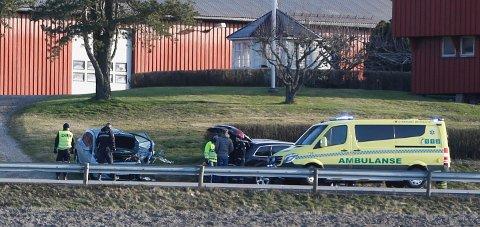 KOLLISJON: To biler kolliderte front mot front på Oltidsveien i SKjeberg onsdag morgen.