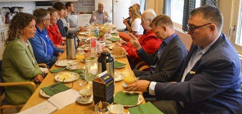 God diskusjon: Fra vestre Ingunn Hensel, Thor Hals, Grete Hansen, Simen Stokkstad, Luis Tran, Inge Bjerkenes, Olav Breivik, Trond Enger, Petra Brinch, Eirik Romstad, Tage Pettersen og Joakim Svendsen.