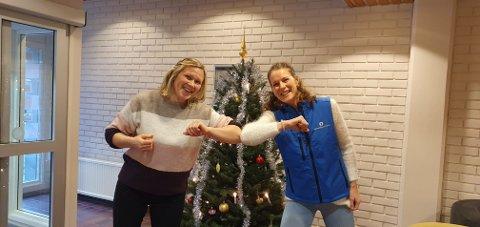 JULESTEMNING: Sigrid Henjum delte ut ei solid førjulsgåve til Monika Lysne i Lærdal Røde Kors.