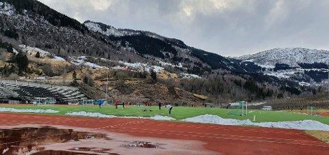 SPELAR FOTBALL: Kring 17 personar var samla på Kvåle stadion på måndag.