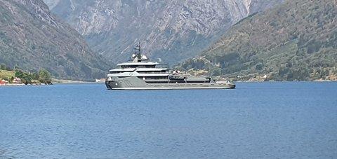 SVÆRING: Denne yachten ved namn «Ragnar» har den siste tida vore å sjå i Sognefjorden. For Jan Olav Espeset frå Viksdalen var den ikkje vanskeleg å få auge på.