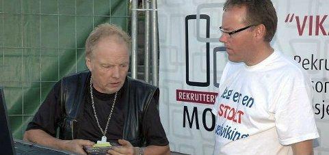 Krise: Johnny Høydahl i Svelvik musikkorps (t.h) mimrer tilbake til Svelvikdagene som har vært tidligere år. Her med konfransier Osmondo i 2010.foto: arkivfoto
