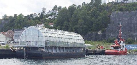 TIL SALGS: Dersom ikke lekteren blir solgt, skal en av Kragerø sjøtjenesters taubåter slepe den til eieren i Bergen.