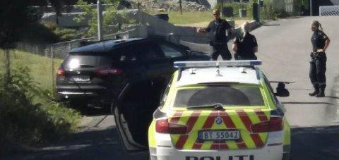 PÅGREPET: Den aggressive passasjeren ble pågrepet. Han kjørte bilen i grøfta og inn i et gjerde da han forsøkte å stikke av med bilen.
