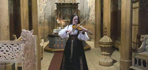 I STAVKIRKEN: I sin tid var fela forbudt i kirken, men Gunvor Straand viser hvor flott den låter i kirkerommet.
