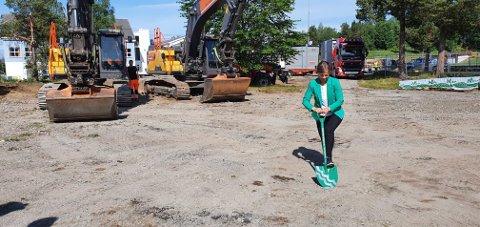 Ordfører Margrethe Svinvik tok det første spadetak tatt på Øye.