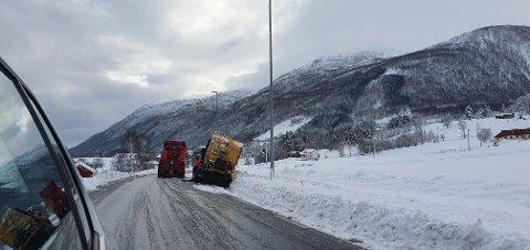 En brøytebil måtte søndag morgen ha hjelp av bilberger for å komme seg opp av grøfta på E39 ved Bjerkeset i Gjemnes.