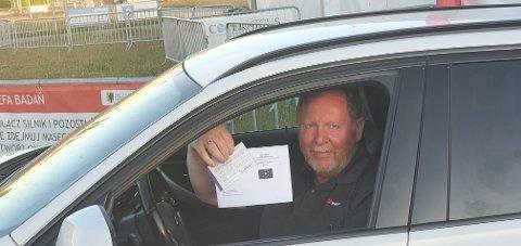 Per Einar Ugelstad med beviset på at han er fullvaksinert i Polen.