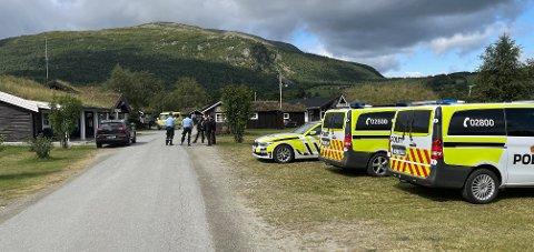 Sikkerhetsavstanden opprettholdes som følge av vedvarende eksplosjonsfare, opplyser operasjonsleder Bjørnar Gåsvik i Trøndelag politidistrikt til NTB.