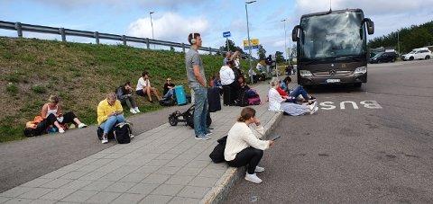 VENTER: Mange passasjerer venter på ny buss fra Kopstad ttil Oslo