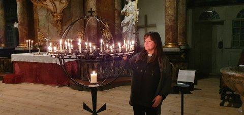 MANGE INNOM: Tanja Bjerklund Hauge forteller at kirken har vært godt besøkt siden angrepene fant sted.