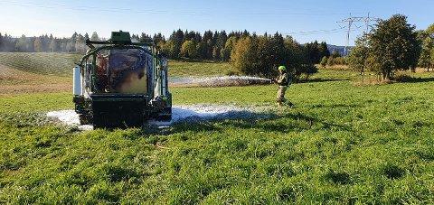 Brannvesenet rykket fredag ut etter melding om brann i ei rundballpresse i Steinkjer.