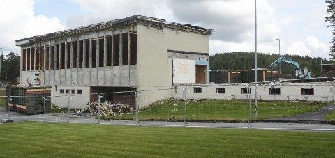 Forsvinner: Tirsdag ettermiddag var det så mye igjen av den store skolebygningen fra 1970-tallet.