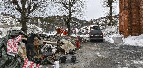 Tvedestrand: Kirka er for tiden uten flaggstang. Den gikk i bakken ved et uhell i forbindelse med murarbeider. Foto: Mette Urdahl