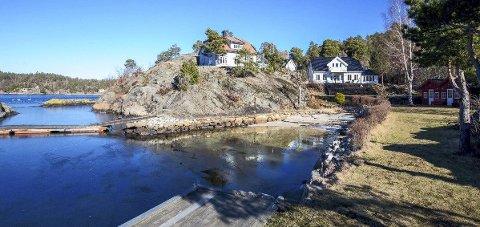 I sjøkanten: Boligen på Kalven på Borøy (t.h.) ligger flott til i sjøkanten. Onsdag ble den solgt.Foto: Privatmegleren Arendal
