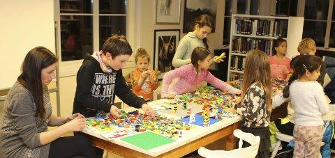Dei beste byggverka i LEGO blir premierte med kinobillettar. Biletet er frå siste gongen det var  LEGO-verkstad i Vang.