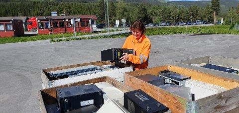 ANSVAR FOR E-AVFALL: Birgit Arnold pakker og klargjør elektronisk avfall.