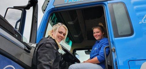 Trives: Både Sigrid og Martine trives godt bak rattet i hver sin lastebil.