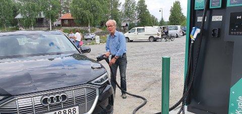 Fyller på: Knut Hagen lader sin Audi.