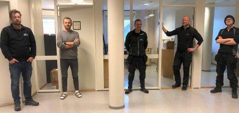 KONTORLANDSKAP: En fornøyd gjeng foran kontorene de har flytta til i Gjensidigegårde på Fagernes. Fra venstre Trond Vidar Solhaug (daglig leder Net2You), Anton Kløvstad (datatekniker), Trygve Riste (telemontør), Geir Fjeld (daglig leder) og Terje Granli (montør).
