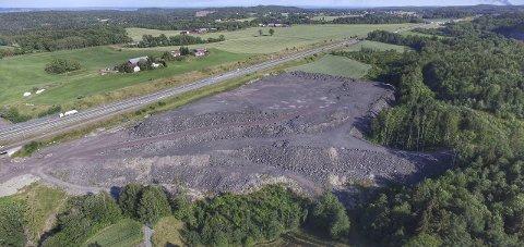 Kopstad: I dag ligger stein fra togutbygging i Holmestrand og masser fra Norsk Gjenvinning på deler av området. Det skal flyttes videre inn på planområdet.Foto: Geir Wikse