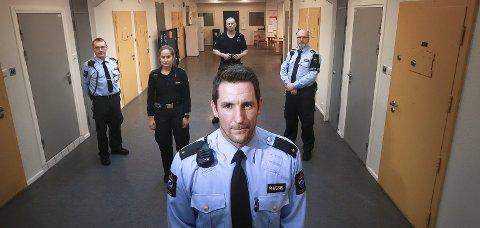 Førstebetjent Kim Ludvigsen, aspirant Martine Andresen, betjent Ørjan Hustoft (bak), førstebetjent Nils Roger Olsen og betjent Daniel Grepperud Olsen (foran) merker konsekvensene av stadige kostnadskutt.