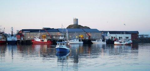Ved Klobruket på Stø ventes det inn mange fiskebåter på nyåret. Fiskerne er trofaste radiolyttere, men DAB-dekninga kommer før FM-nettet stenges. (Foto: Trond K. Johansen)