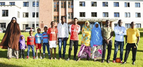 Familiegjenforening: Fra venstre: Mor Madiina (47), Luul (3), Abdulmalik (8), Abdulaki (10), Othman (12), Mehamed (13), Mohammed (14), Yuusuf (15), Samira (16), Faduma (17), Abdulsalam (18), Sadaq (19 og far Sayed Othman (50).