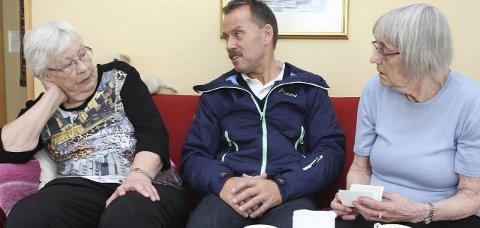 SLUTT: Anna Batalden og Audhild Lekva har vore aktive i redningsselskapet i over 100 år til saman. Her saman med Bjørn Korneliussen som har gått av som styremedlem i lokallaget i protest mot avviklinga av kontroet i Florø.  Foto: Olav Hatlemark