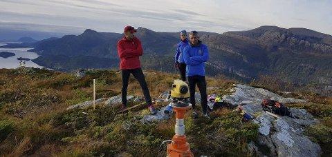 FLØGEN: Plansjef i Flora kommune, Anders Espeset har fått hjelp av Jan Arve Solheim og Ruth Solheim med å finne den riktige forankringa til den nye dagsturhytta på Fløgen. Foto: Ola Teigen