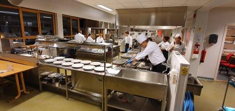 HARDT ARBEID: Under Kokkekamp skal elevene fra Narvik bruke nordnorske råvarer og skal selv komponere et måltid bestående av hovedrett og dessert. Arkivfoto