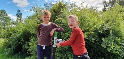 STOLPEJAKT: Erik (8) og Bo (6) har allerede tatt over 80 stolper hver.