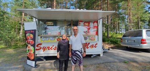 MATLAGING: Fatmeh og Abdul er glad for å kunne selge mat i Nord-Odal.