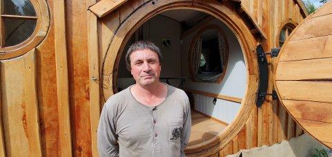 SELGER: Morgan Gellet (50) fra Wales har fått et nært forhold til Skandinavia de siste fem årene. Nå ønsker han å kjøpe noe permanent og selger derfor Hobbit-vogna.