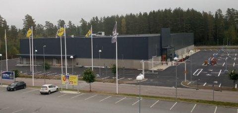 Her, foran Lidl, Rusta og de andre forretningene i Charlottenberg handelspark, åpner snart I CA Maxi og apotek.