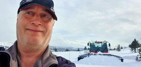 PÅ JOBB: – Det virker som folk vil på ski til langt utpå sommeren! sier Knut Erik Balle Hagen. Tirsdag var løypenestoren igjen ute i felten med løypemaskina,  for å lage langrennsløyper ved Skeikampen.