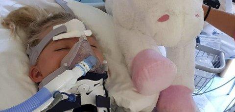 DE FØRSTE DAGENE: Amalie gjennomgikk en 12 timer lang operasjon dagen etter ulykken. Hun lå urørlig i sengen de første dagene og kunne kun lee på øynene sine.