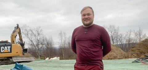 SATSER I HJEMBYGDA: Mikkel Isak Nilsen Gaup har etablert en elektrikerbedrift i Kautokeino. Han har fått flere oppdrag enn det han hadde trodd på forhånd. Nå søker han etter nye folk til bedriften.