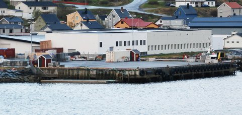 KAIA ER VIKTIG: Det er kommunens havneselskap som eier kaia i tilknytning til Finnmark Fisk. Planen var at selskapet skulle kjøpe den, men det har de ikke hatt penger til. Fortsatt bruk er en viktig del av løsningen for videre drift.