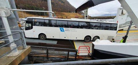 BOM FAST: Her står bussen bom fast på vei av ferga på kaia i Breivikeidet.