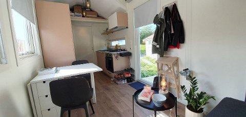 EFFEKTIVT INNREDET: Sovealkove, skrivebord og sofakrok. Det lille huset har det meste du trenger. Foto: Privat