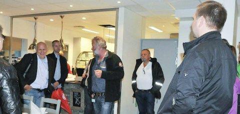 VISTE SEG FRAM: Her har lokalpolitikerne kommet til Søndrehallen på sin besøksrunde hos de fire største fleridrettslagene i Aurskog-Høland. Byggeleder for den nyåpnede hallen og avtroppende politiker Jan Rune Fjeld orienterer om prosjektet. T.v for ham Trond Ydersbond (SV) og Steinar Ottesen (Ap) og til høyre Geir Olsen (Sp) og Roger Evjen (Ap) . Foto: Øivind Eriksen