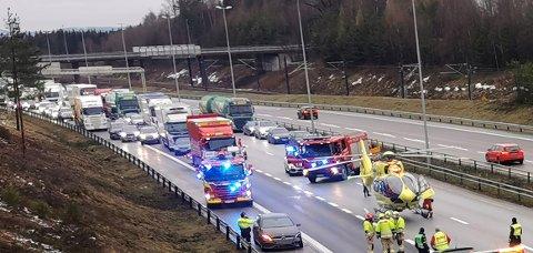 DRAMATISK: Her jobber nødetatene på ulykkesstedet etter at en brannmann og en bilberger ble påkjørt.