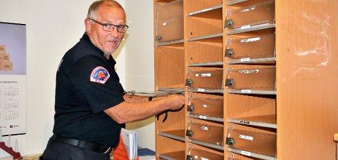 – DETTA HAR VI VENTA PÅ: Per Åge Mortensen, her i ferd med å demontere hyller i et skap, legger ikke skjul på at det er på tide å flytte Løken brannstasjon igjen. Veteranen er med på sitt tredje flyttesjau.