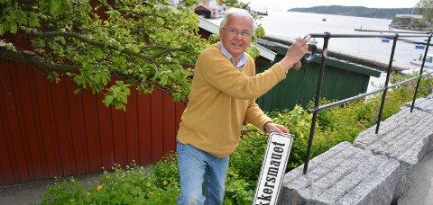 FANT: Sverre Okkenhaug fant skiltet «Knivstikkersmauet» på Barthebrygga.